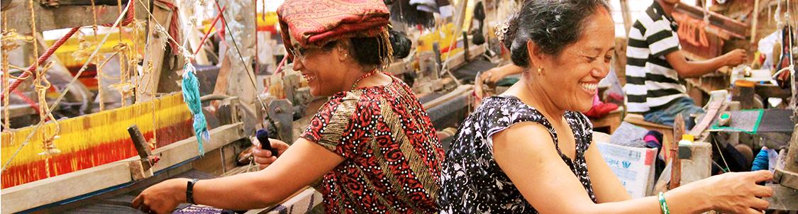 donne che tessono al telaio in Nepal