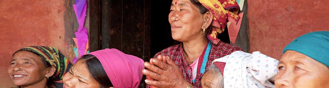 yoga e riflessologia - donne del Nepal che ascoltano una formazione